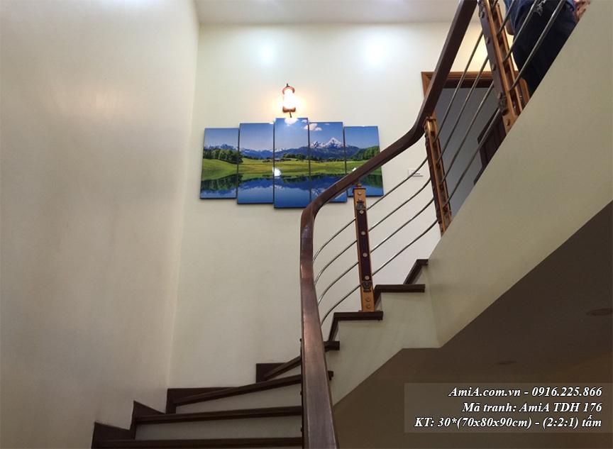 Buc tranh phong canh song nui AmiA 176 treo o hanh lang