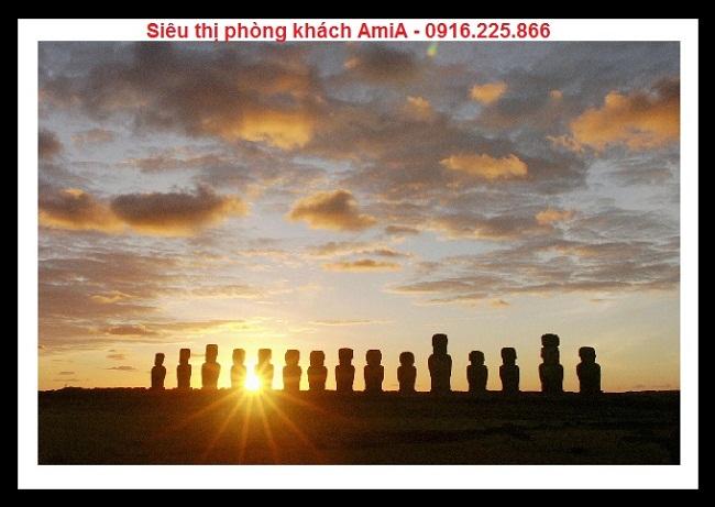 Hình ảnh tượng đá Moai trên đảo phục sinh tại Chile trong bộ khung tranh di sản