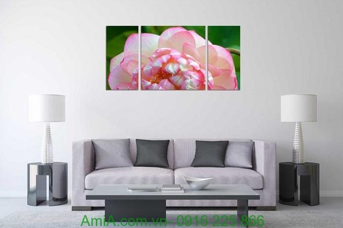 Hình ảnh Tranh bông hoa sen chớm nở treo phòng khách hiện đại