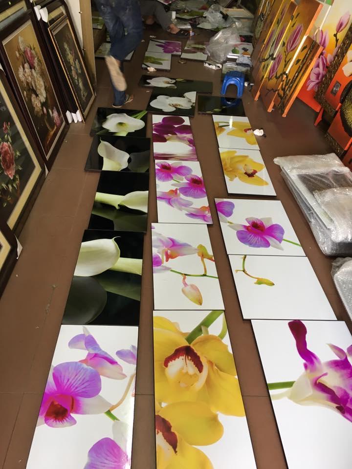 Hinh anh tranh hoa phong lan chuan bi di treo cho khach