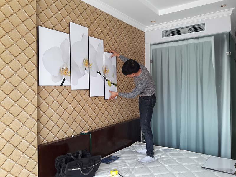 Tranh treo tường hoa phong lan trong phòng ngủ khách sạn
