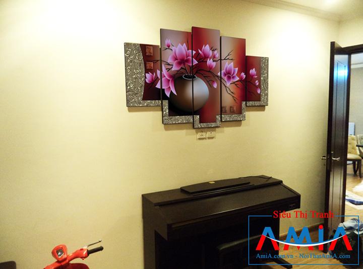 Tranh bình hoa sang trọng treo trên đàn piano phòng khách Amia 1086