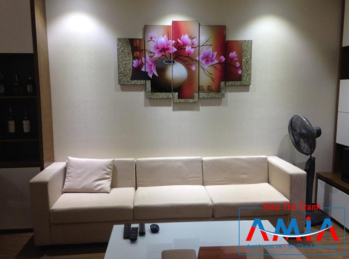Tranh bình hoa sen đất treo trên ghế sofa văng da chung cư Amia 1086