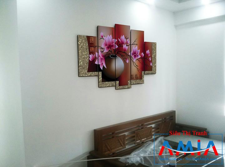 Tranh bình hoa treo phòng khách chung cư treo trên ghế gỗ AmiA 1086