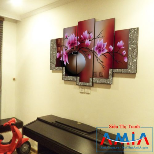 Tranh bình hoa sen Amia 1086 treo trên chiếc đàn piano ở phòng khách