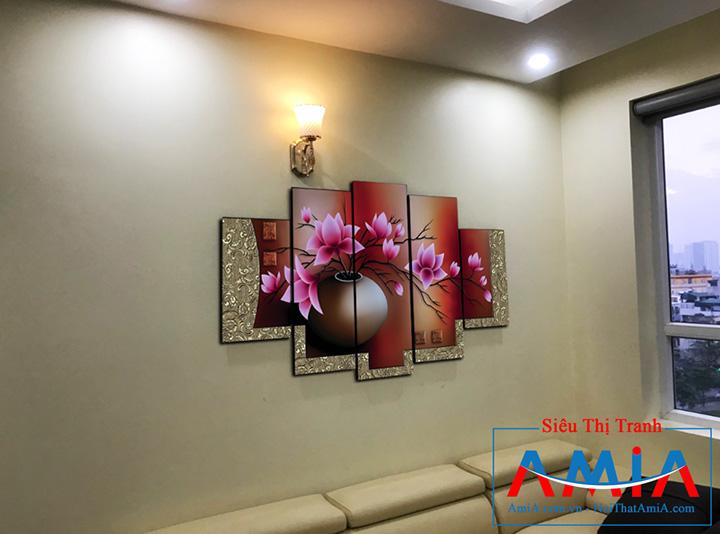 Tranh Amia 1086 treo phòng khách chung cư trên ghế sofa