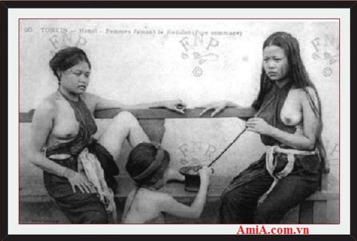 Tranh co den trang nguoi phu nu hut dieu cay ngay xua o Ha Noi