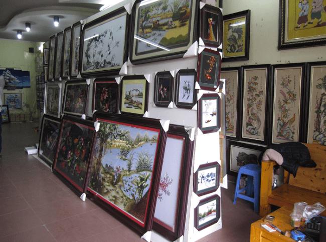 Phia ben phai cua hang tranh Ha Noi AmiA o tang 1 treo tranh theu