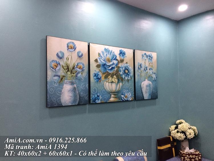 Tranh treo tuong phong khach chung cu binh hoa mau xanh quy toc