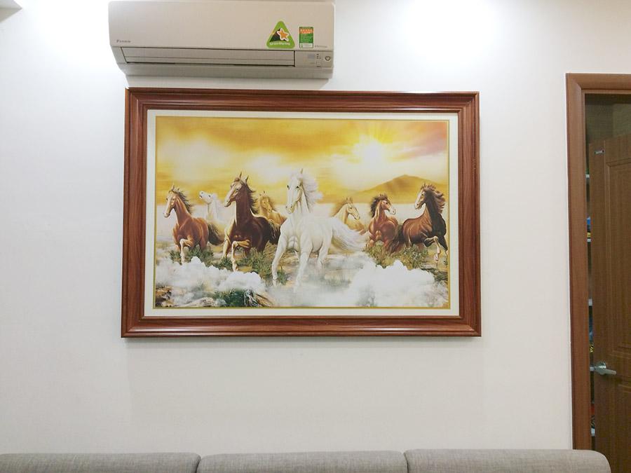 Phong khach mau trang nen treo buc tranh khung tren tuong noi bat