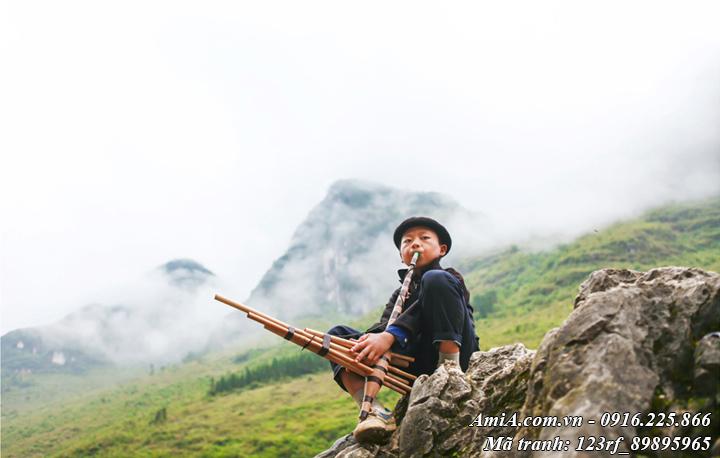 Hình ảnh thổi kèn của cậu bé trên vách núi vùng tây bắc