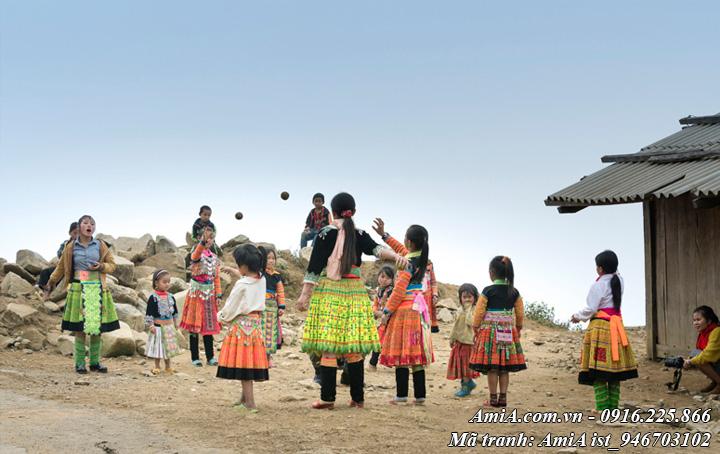 Hình ảnh trẻ em vui đùa trên vùng núi cao tây bắc