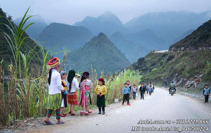Hình ảnh các em bé tới trường ở vùng núi cao