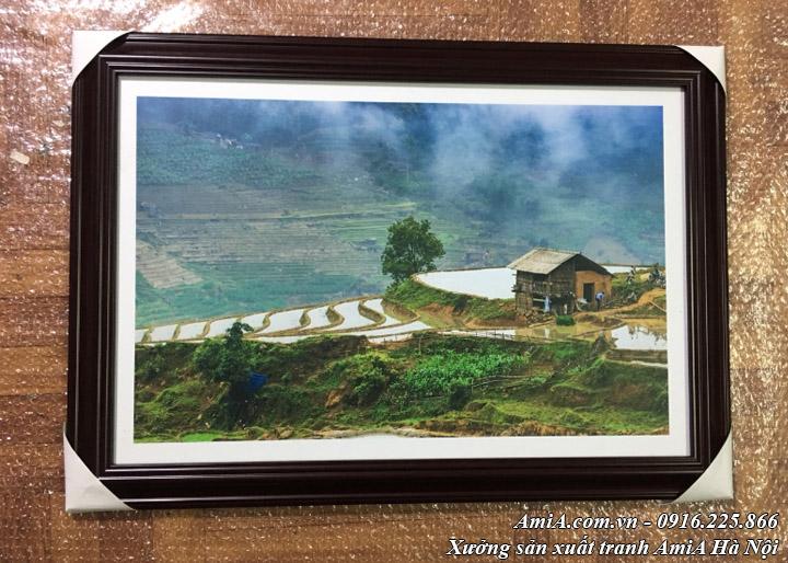 Hình ảnh tranh phong cảnh núi rừng treo khách sạn