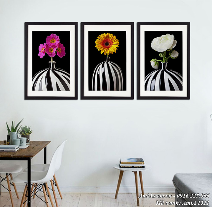 Hình ảnh tranh bình hoa đen trắng treo ở phòng khách AmiA 1521